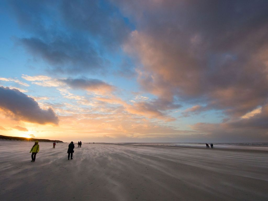 Bunte Wolken am Himmel beim Sonnenuntergang am Strand
